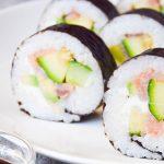 Najlepsze domowe Sushi Futomaki z łososiem i cukinią