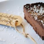 Bardzo czekoladowy tofurnik na spodzie z nerkowców – czyli sernik z tofu