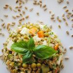Sałatka warzywna z kalarepą i kaszą owsianą (wegańska)