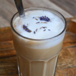 Delikatna mleczna kawa lawendowa