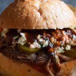 Pulled Pork Burger z surówką Colesław i sosem BBQ