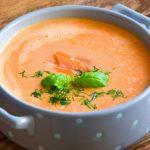 Błyskawiczna zupa krem z ziemniaka z wędzonym łososiem i koperkiem