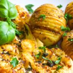 Steki z kalafiora z pieczonymi ziemniakami Hasselback FIT