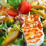 Sałatka z grillowanym Halloumi i gruszką