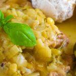 Duszony schab z porem w sosie koperkowym z ziemniakami jak z ogniska