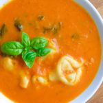 Zupa pomidorowa z tortellini i szpinakiem