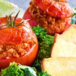Nadziewane pomidory na sałatce z brokułu, jarmużu i wędzonego tofu
